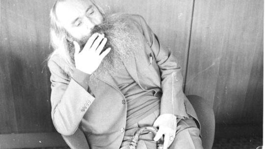 Den cigaretrygende rejsebureaudirektør Simon Spies med sin berømte stok.