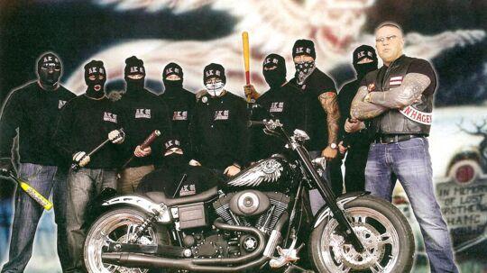 Se godt på dette billede: Ni medlemmer af Hells Angels' støtteklub, AK81, bevæbnet til tænderne med slagvåben. FOTOGRAF: Lizeth Strange