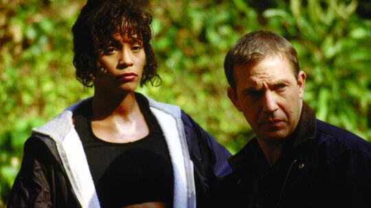 Den amerikanske filmstjerne Kevin Costner, som især er kendt i rollen som bodyguard i filmen af samme navn, skal holde tale ved Whitney Houstons begravelse lørdag. Her ses de to fra et klip fra filmen.