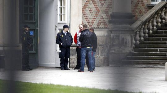 10 mænd med tilknytning til Hells Angels står onsdag den 9. maj i Østre Landsret tiltalt for flere drabsforsøg. Her politi foran indgangen til retssalen.