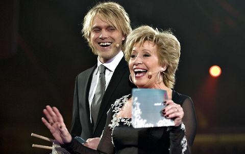 Felix Smith sammen med Birthe Kjær - aftenens TV-værter.