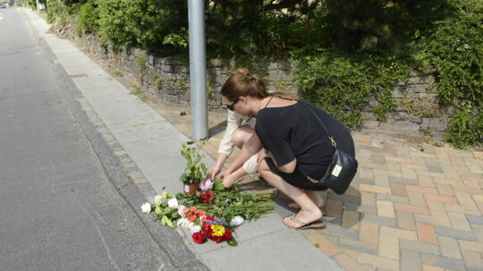 Nære og venner har lagt blomster ved ulykkesstedet, hvor en 13-årig pige onsdag aften blev ramt af en vanvidsbilist. Hun døde torsdag af sine kvæstelser.
