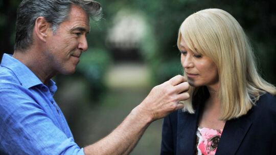 Trine Dyrholm og Pierce Brosnan i 'Den skaldede frisør'.