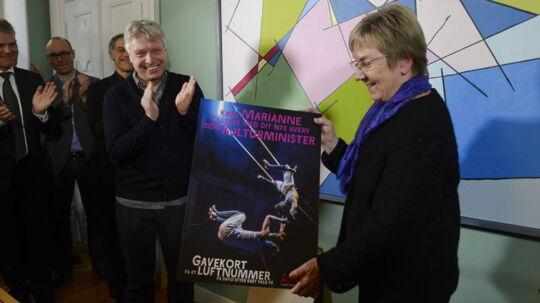 Uffe Elbæk overrækker et gavekort på en lufttur på AFUK til den nye kulturminister Marianne Jelved.