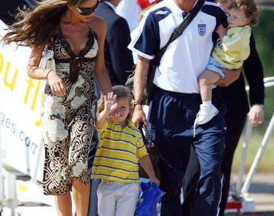 Familien Beckham med lille Brooklyn vinkende. Det er små to år siden. Nu skal han spørge, hvad en date er!