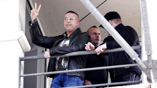 Brian Sandberg vinker ned til vennerne fra retten i Glostrup, da han sidste år blev idømt11 år og 10 måneders fængsel.