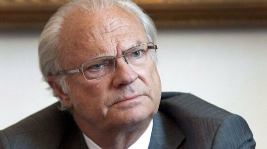 Den svenske Carl Gustaf har været i massiv modvind efter at det er kommet frem, at han har haft udeomægteskabelige affærer. Stig Edling afslører nu, at de kilder han brugte tilbage i 1977, hvor han skrev en artikel om kongens kvindelige bekendtskaber, var diplomater fra det svenske Udenrigsministerium, der var trætteaf at skulle smugle kvinder op til kongen.