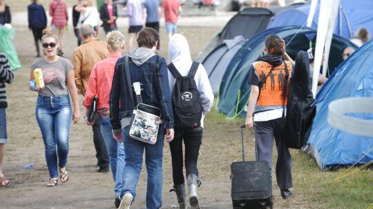 To berørte festivaldeltagere forlod lidt inden klokken ti campingområdet, hvor en svenske ung mand i nat mistede livet, ledsaget af an Roskilde Festival-medarbejder.