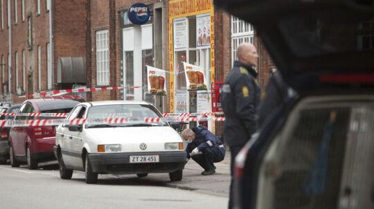 En 21-årig mand mistede tirsdag livet, efter at være blevet stukket flere gange med kniv. Politiets teknikere er her i gang med undersøgelser på gerningsstedet i Vanløse.