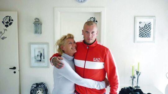 21-årige Jon Patorra blev dræbt, da han tirsdag blev stukket ned i Vanløse. Her ses han med sin mor Jane. Billedet er taget i sommer, da Jon - efter at have udstået en fængselsstraf - skulle til at begynde på en frisk.