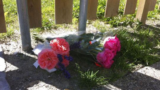 Blomster i Otterup efter en far torsdag dræbte eks-kæresten og parrets fælles datter.