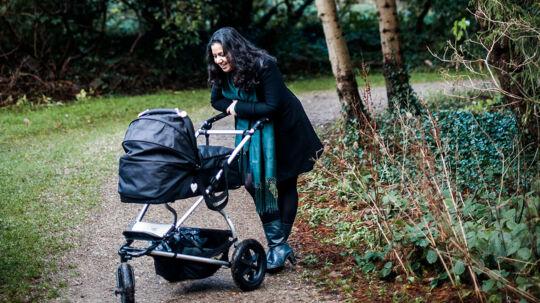 TV2s krigskorrespondent Simi Jan. Hun fødte under mega dramatiske omstændigheder sin søn alt for tidligt i Israel og begge var i overhængende livsfare.De var begge seje fightere og overlevede. Nu er hun på barsel og reflekterer over sit år.