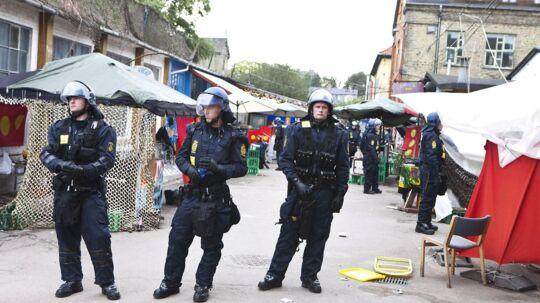 To betjente blev lørdag eftermiddag angrebet på Christiania. På billedet ses politiet på Christiania ved en anden lejlighed.
