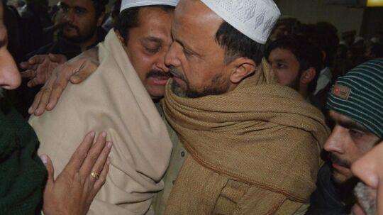 Pårørende prøver at trøste hinanden under begravelsen af en skoledreng, som blev dræbt under Talebans blodige hævnmassakre mod en skole i Peshawar, hvor mindst 132 elever og ni lærere blev brutalt myrdet.