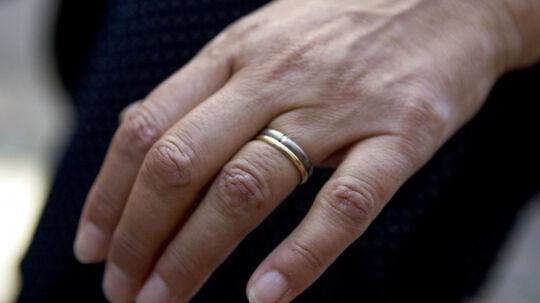 En britisk kvinde opdagede ved en tilfældighed, at hendes mand gennem 25 år var blevet gift med en anden. Hun fandt nemlig deres bryllupsbilleder på Facebook.