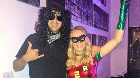 Caroline Wozniacki har klædt sig ud som superhelt til halloween-festen.