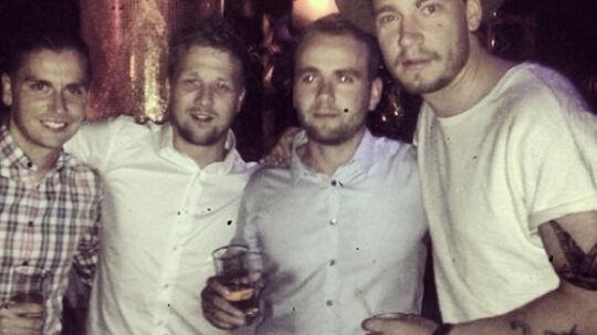 Nicklas Bendtner med en drink i hånden (th.) flankeret af sine venner på tur i Las Vegas
