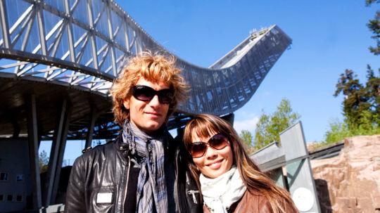 Chanée og N'evergreen på sightseeing i Oslo. Her ved Holmenkollen.