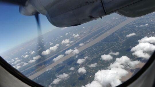 Piloternes og besætningens baggrund undersøges nu for at finde ud af, hvorfor det malaysiske Boeing 777-fly forsvandt for mere end en uge siden.