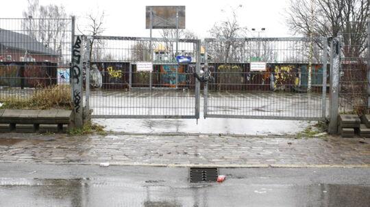 Det var her på Christiania, tre p-vagter fredag aften blev overfaldet af otte-ti maskerede køllemænd. P-vagterne er i løbet af natten blevet udskrevet efter en tur på Rigshospitalet. Politiet er på bar bund i sagen.