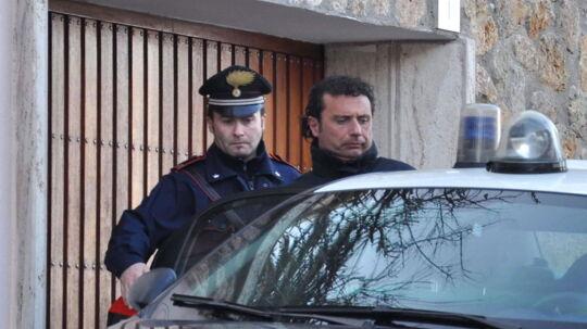 Kaptajnen på krydstogtskibet 'Costa Concordia', Francesco Schettino, bliver her kørt til afhøring af italiensk politi lørdag eftermiddag.