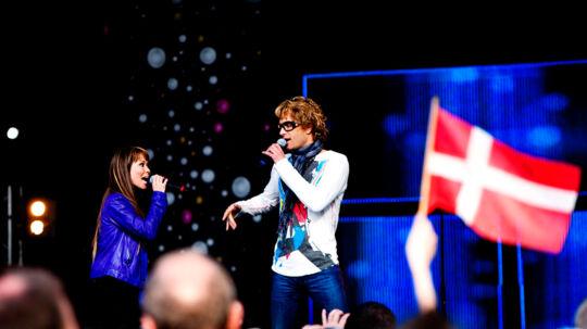 Chanée og N'evergreen synger for Eurovision-fans i Oslo foran Rådhuset. De to har fået verdensstjernestatus i Norge.