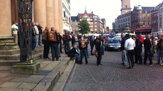 Små hundreder rockere er mødt op foran Københavns Byret.