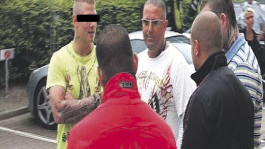 Brian Sandberg taler med medlemmer af AK 81. Politiets kronvidne er en afhopper fra netop AK 81.