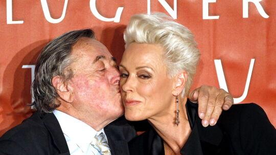 Den østrigske milliardær Richard Lugner giver Brigitte Nielsen et kindkys under en pressekonference onsdag i Wien.