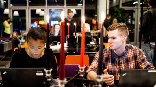 Det gælder om at få detaljerne med og at arbejde hurtigt, når man dækker X Factor. BTs Rikke Bjerge og Jacob Carlsen er her i gang med at levere til både bt.dk og avisen.