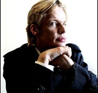 Clement Kjersgaard mener ikke, at Mike Tramp blev lokket i en fælde i live talkshow 'Fredag til Fredag', men at det var så godt tv, at han gik over tid.