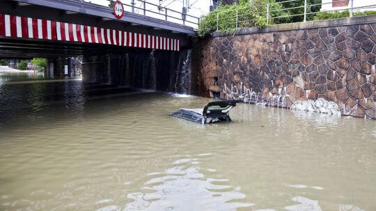 Bil står under vand ved Hellerup station.