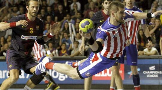 Atleticos landsholdsstreg Julen Aguinagalde (med bold) skal ud og finde ny klub. Her er han i kamp mod Barcelona og Jesper Nøddesbo (tv.)