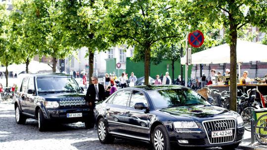Helle Thornings minister bil parkeret under et standsning- og parkerkering forbudt-skilt, mens statsministeren er på shopping på Strøget i København - 200 meter fra statsministeriet.