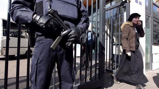 En fransk politimand står vagt foran en jødisk børnehave efter landets indenrigsminister har givet ordre til at hæve terrorberedskabet efter et angreb, hvor en mand dræbte tre børn foran en jødisk privatskole. Det er det tredje pistol-angreb på en uge. Gerningsmanden flygtede angiveligt på en motorcykel efter angrebet (arkivfoto).