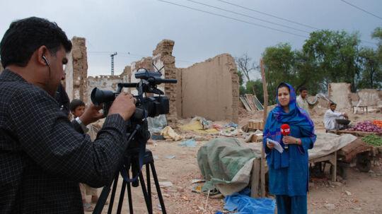 TV 2 korrespondent Simi Jan in action i Afghanistan. Fra dokumentarserien 'Korrespondenterne'