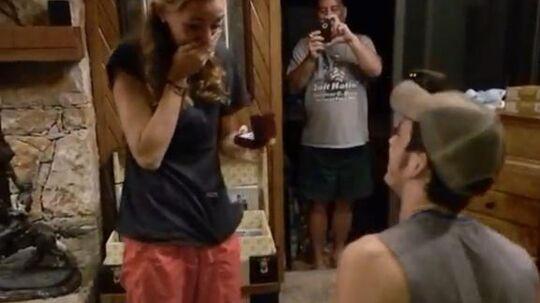 Amerikanske Blake frier til sin kæreste Carly på en helt specialt måde. Foto: Carly Stene