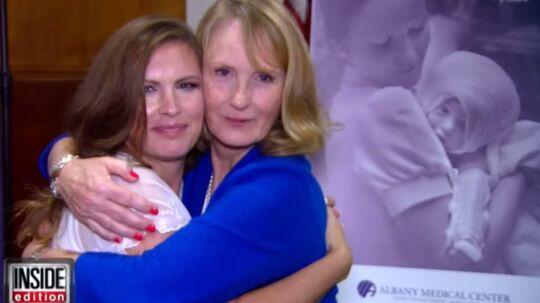 Amanda Scarpinati (tv) har ledt efter Sue Berger i mange å. I tirsdag blev de genforenet, 38 år efter, at Berger passede Scarpinati på hospitalet.