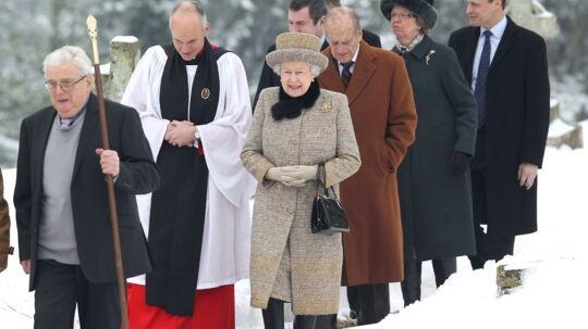 Dronning Elizabeth II var søndag i kirke sammen med sin mand, hertugen af Edinburgh. Selve jubilæumsdagen bliver uden pomp og pragt, da festlighederne først skal holdes til sommer.