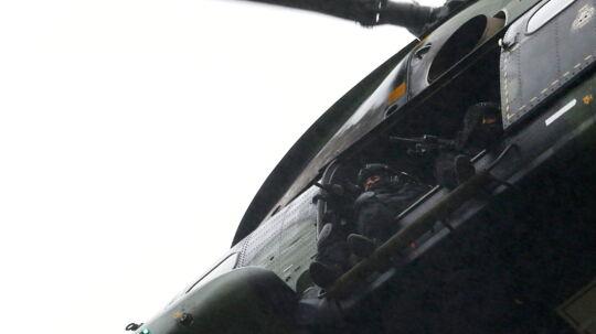 Her ses en militær helikopter over byen
