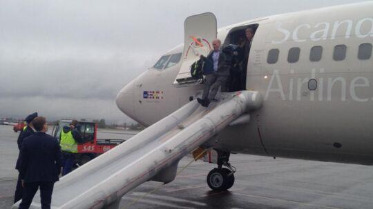 Tirsdag morgen blev dramatisk for 163 passagerer, der skulle fra Oslo til Bruxelles. Her ses de evakuere deres fly, der pludselig blev fyldt med røg.