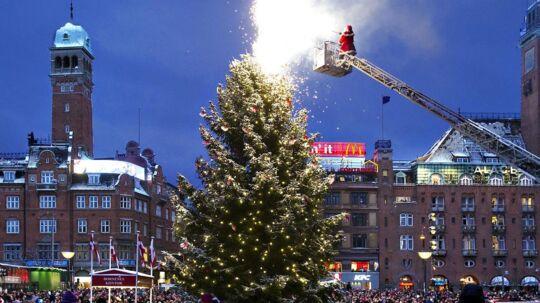 I København er det også en årlig tradition, at julemanden får en hjælpende hånd i form af brandvæsenets lift, når han skal tænde juletræet. Men det kan snart være slut, for ifølge Skat er brandvæsenets hjælpsom i strid med skattereglerne. På billedet ses dette års juletræstænding.