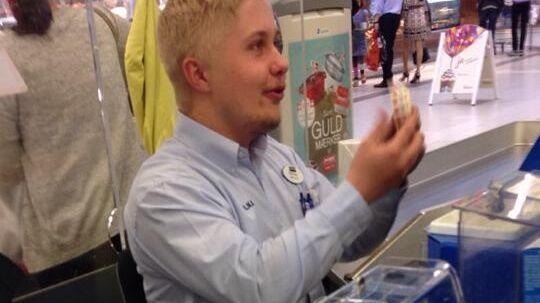 Bilkas kassemdarbejder, som tilsyneladende hedder Rasmus, bliver i øjeblikket rost til skyerne på Facebook for sin evne til at sprede glæde i køen i Bilka i Kolding.
