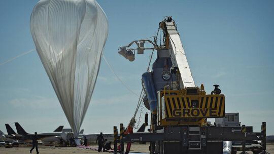 Den store heliumballon, som skulle hæve Felix Baumgartner op i stratosphæren, var fyldt og klar til afgang, da tirsdagens mission blev afblæst.