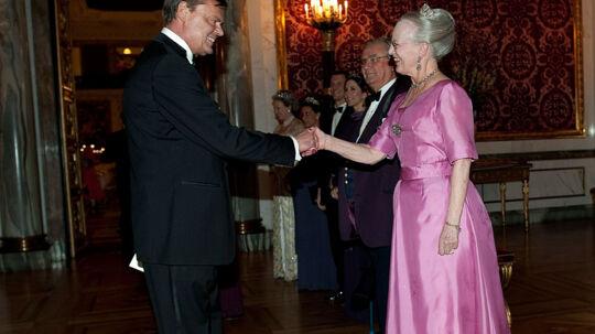 Dronning Margrethe hilser pænt på skuespiller og komiker Ulf Pilgaard ved sidste års Aftensselskab for kultur og sport