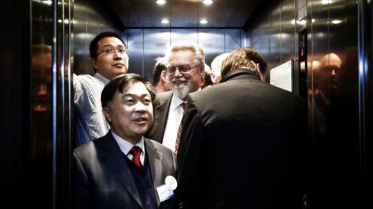 Én af verdens førende virksomheder inden for genforskning - BGI fra Beijing - åbnede i 2010 sit europæiske hovedsæde i København under DenmarkChina Economic & Trade Cooperation Forum. I dag fredag d. 12. februar 2012 fejrede virksomheden sine første to år i København med besøg fra blandt andre Investerings- og Handelsminister Pia Olsen Dyhr. Fra venstre er Li Ning, CEO of BGI Europe, Dr. Yang Huanming og Lars Bolund klemt inde i en elevator.