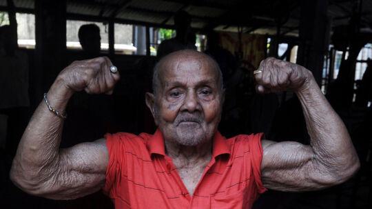 Manohar Aich viser sine muskler frem dagen før han fyldte 100 år.