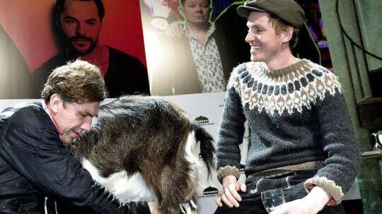"""Så er den ged barberet: Frak """"Bonderøven"""" Erichsen (th.) lærer Jesper Lohmann at malke en ged forud for Østre Gasværk Teaters musical """"Hjælp søges""""."""