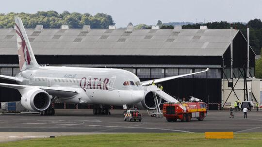 Det var et fly som dette fra Qatar Airways, der var 'groundet' i Københavns Lufthavn, mens embedslægen og AMK (Akut Medicinsk Koordinationscenter, red.) vurderede risikoen ved en potentielt smittefarlig passager, der ankom med flyet fra Doha onsdag eftermiddag.