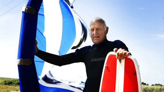 Verdens ældste kitesurfer Poul Erik Rasmussen, der blandt andet er kendt fra en tv-reklame, bliver nu stedt til hvile på det hav han elskede så højt.